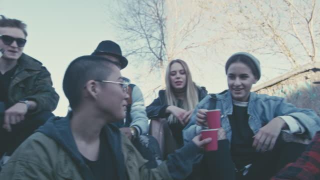 vídeos y material grabado en eventos de stock de edgy young people sitting on steps and drinking beer - fumar temas sociales