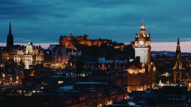 edinburgh castle at sunset, scotland (timelapse) - klocktorn bildbanksvideor och videomaterial från bakom kulisserna