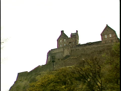 stockvideo's en b-roll-footage met pan, ms, la, edinburgh castle, edinburgh, scotland - 16e eeuwse stijl