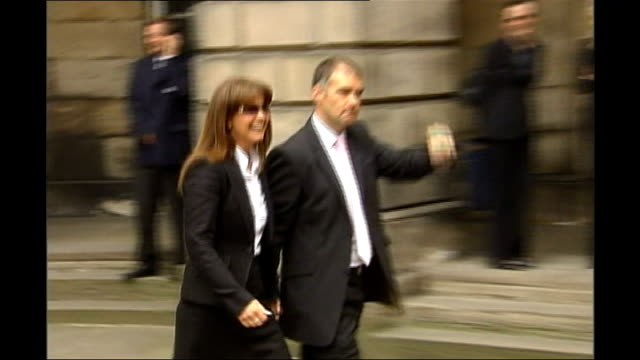 edinburgh: edinburgh court of session: tommy sheridan celebrating with clenched fist as out of court building with his wife, gail sheridan after... - 文書による名誉棄損点の映像素材/bロール