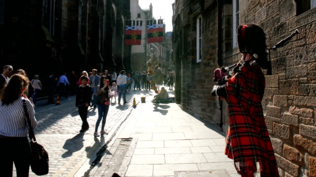 Edinburgh Festival Fringe,Bagpipe perfomance and visitors on the Royal mile