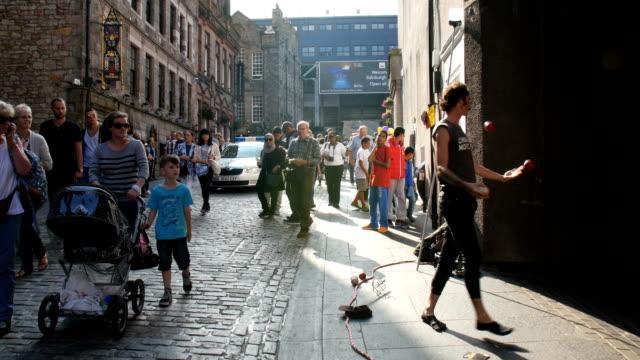 Edinburgh Festival Fringe,perfomance and visitors on the Royal mile