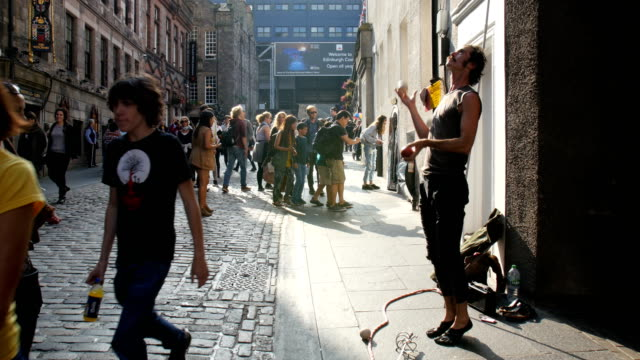 edinburgh festival fringe,perfomance and visitors on the royal mile - street performer stock videos and b-roll footage