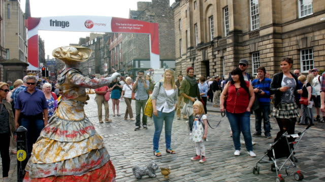 Edinburgh Festival Fringe,perfomance and visitors on the Royal mile