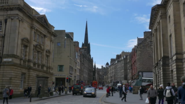 T/L WS Edinburgh Old Town street scene, looking up the Royal Mile thoroughfare