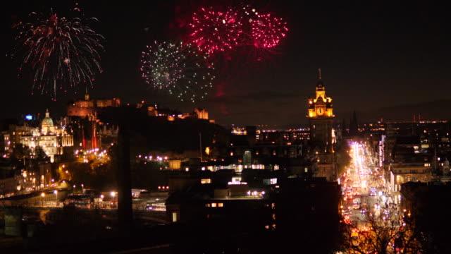 4K: Edimburgo, Escócia Princes Street Skyline com fogos de artifício no céu