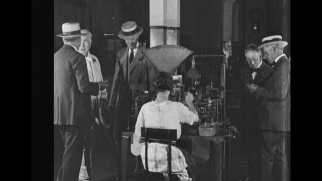 edison sitting outside in front of house with group of people, his wife mina to his left, to his right henry ford, president calvin coolidge and... - ヘンリー・フォード点の映像素材/bロール