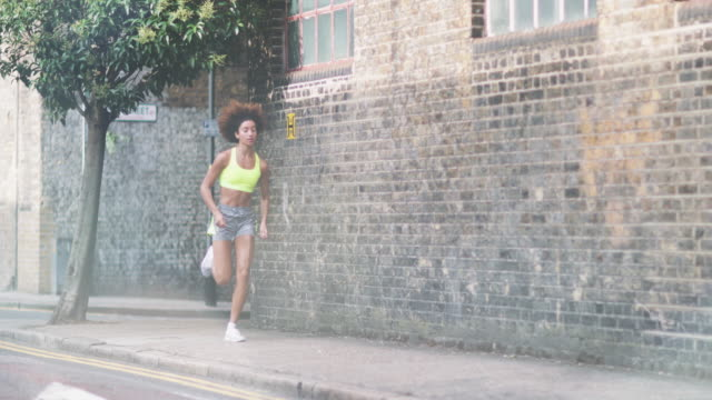 vídeos de stock, filmes e b-roll de edited story of young adult female runner - laço acessório