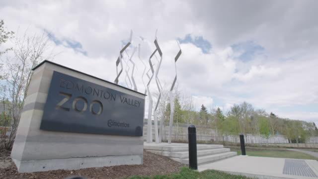 vídeos y material grabado en eventos de stock de edmonton valley zoo sign - zoológico