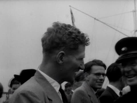 stockvideo's en b-roll-footage met edmund hillary john hunt and tenzing norgay chat to family and friends following their arrival back at london airport after their successful... - tenzing norgay