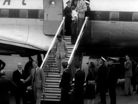 stockvideo's en b-roll-footage met edmund hillary john hunt tenzing norgay and the rest of the successful everest expedition party arrive back at london airport - tenzing norgay