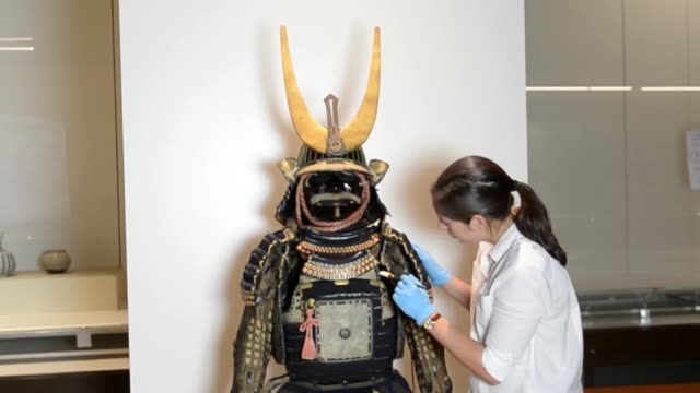 vídeos de stock e filmes b-roll de edo period set of samurai armour is prepared as the centrepiece in the new mitsubishi corporation japanese galleries at the british museum in london.... - samurai