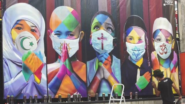 vídeos de stock, filmes e b-roll de eduardo kobra es internacionalmente conocido por sus murales coloridos, pero el confinamiento mundial del coronavirus lo sacó de las calles y lo... - reportagem segmento editado