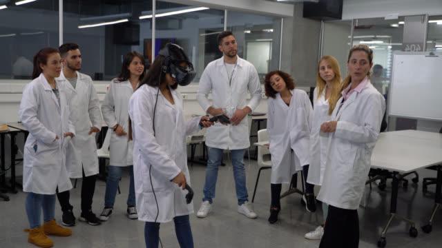 ausbildung mit technologie an der hochschule, während lehrer erklärt - studenten stock-videos und b-roll-filmmaterial