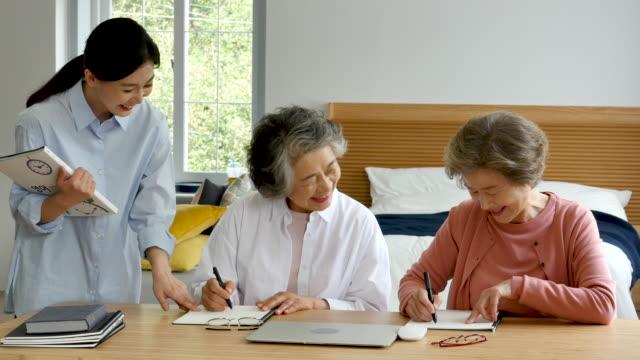 vídeos de stock e filmes b-roll de education - senior women studying together with teacher - jovem de espírito