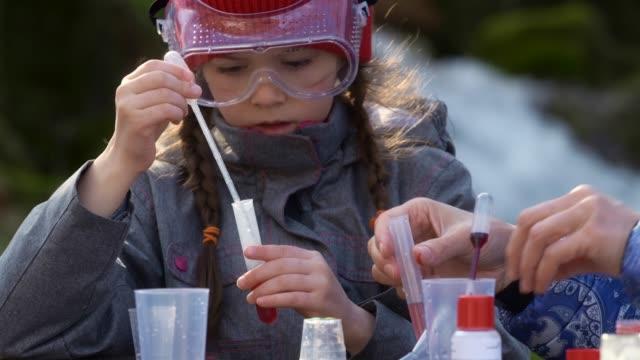 vídeos y material grabado en eventos de stock de temas de educación. niño divirtiéndose mientras aprende - ciencia y tecnología