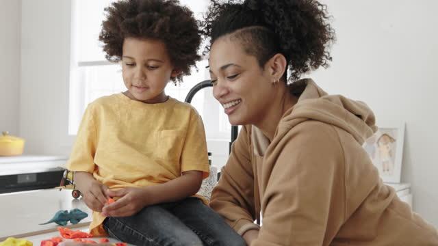 vidéos et rushes de activités éducatives pour les tout-petits à la maison - son