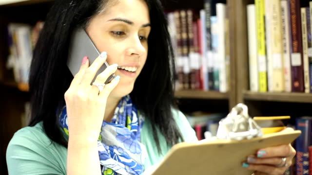 bildung-bibliothekar platzierung bestellung für weitere bücher. - bibliothekar stock-videos und b-roll-filmmaterial