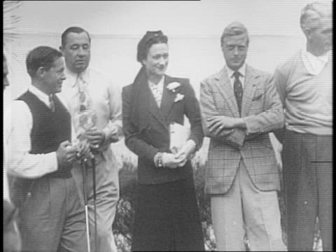 edward, duke of windsor, and duchess of windsor, formerly wallis simpson, pose with competitors in red cross charity golf match / golfer walter hagen... - エドワード8世点の映像素材/bロール