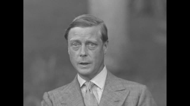 edward, duke of windsor, does intro for statement, then shakes his head and asks for retake during interview in nassau / sot edward gives intro for... - エドワード8世点の映像素材/bロール