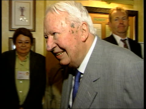 edward heath announces retirement from commons; london: heath along as reporter asks him for 'a quick word with itn' then heath replies 'after lunch'... - エドワード ヒース点の映像素材/bロール