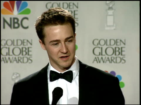 vídeos y material grabado en eventos de stock de edward norton at the 1997 golden globe awards at the beverly hilton in beverly hills california on january 19 1997 - 1997