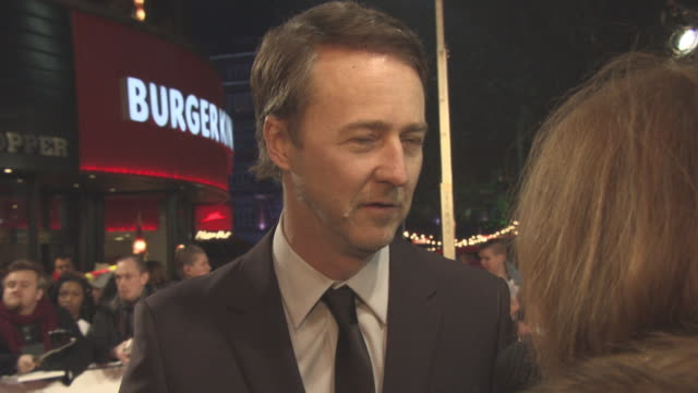 stockvideo's en b-roll-footage met edward norton on his character how the movie is perfect for the end of the year working with helen mirren and making film critics cry at 'collateral... - criticus