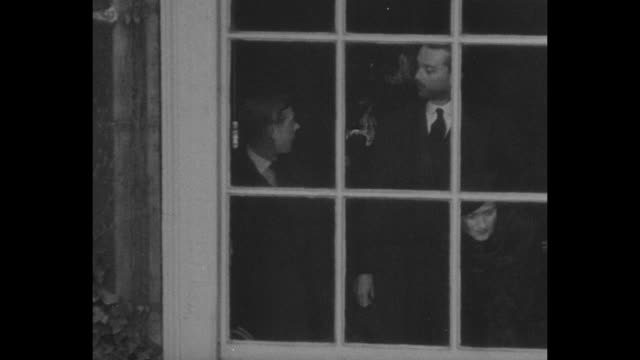 edward viii along with wallis simpson and either her husband ernest or prince henry, look out of window of st james palace during his proclamation as... - エドワード8世点の映像素材/bロール