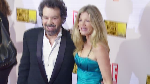 edward zwick and guest at the broadcast film critics association's 2007 critic's choice awards at santa monica civic auditorium in santa monica,... - ブロードキャスト映画批評家協会点の映像素材/bロール