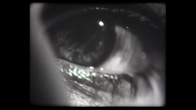 vídeos de stock, filmes e b-roll de 1973 eerie close up of eye blink - choque