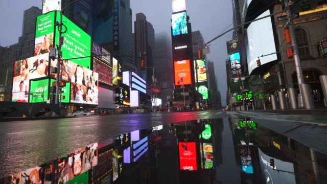 stockvideo's en b-roll-footage met covid-19 effect to new york nightlife at times square. people and traffic disappeared from times square for impact of covid-19 in the rainy night to early morning on mar. 29 2020. - zonder mensen