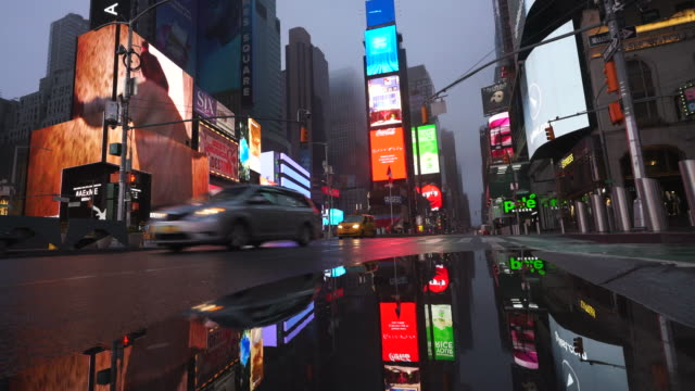 stockvideo's en b-roll-footage met covid-19 effect to new york nightlife at times square. people and traffic disappeared from times square for impact of covid-19 in the rainy night to early morning on mar. 29 2020. - lockdown