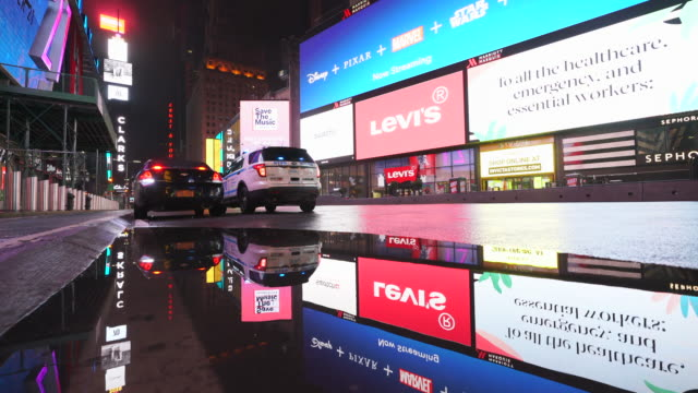 vidéos et rushes de covid-19 effect to new york nightlife. people and traffic disappeared from times square for impact of covid-19 in the rainy night to early morning on mar. 29 2020. - mar