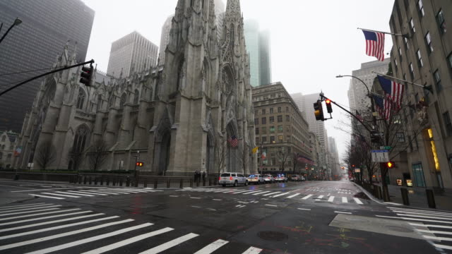 stockvideo's en b-roll-footage met covid-19 effect to new york. people and traffic disappeared from midtown manhattan fifth avenue for impact of covid-19 in the rainy morning new york city ny usa on mar. 29 2020. - zonder mensen