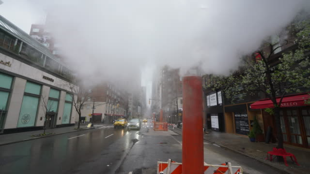 vidéos et rushes de covid-19 effect to new york. people and traffic disappeared from midtown manhattan madison avenue for impact of covid-19 in the rainy morning new york city ny usa on mar. 29 2020. - mar