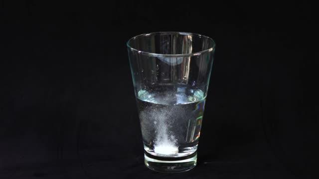 水で発泡性の制酸剤 - 麻薬点の映像素材/bロール
