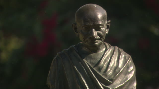 effigy of mahatma gandhi available in hd. - 1948 stock-videos und b-roll-filmmaterial