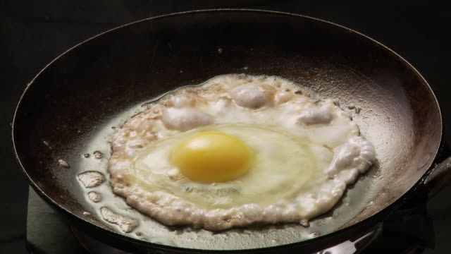 vídeos de stock, filmes e b-roll de cu, egg frying in pan, atlanta, georgia, usa - frito
