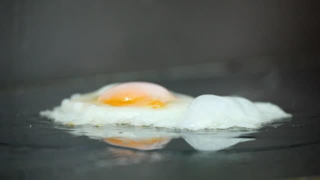 ecu egg frying on restaurant stove / port de soller, mallorca, baleares, spain - fettgebraten stock-videos und b-roll-filmmaterial