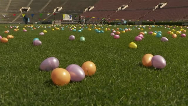 vidéos et rushes de ktla egg hunt on the rose bowl field - pâques
