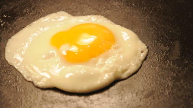 vídeos y material grabado en eventos de stock de egg en sartén - yema de huevo