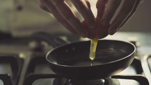 ei in pfanne, slow-motion - skillet cooking pan stock-videos und b-roll-filmmaterial