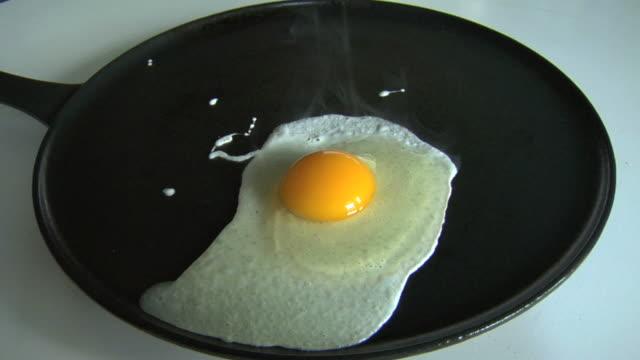 egg sunny side up - stekt bildbanksvideor och videomaterial från bakom kulisserna