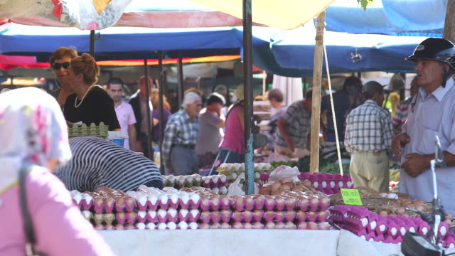 egg vendor, shoppers in market - wiese stock videos & royalty-free footage