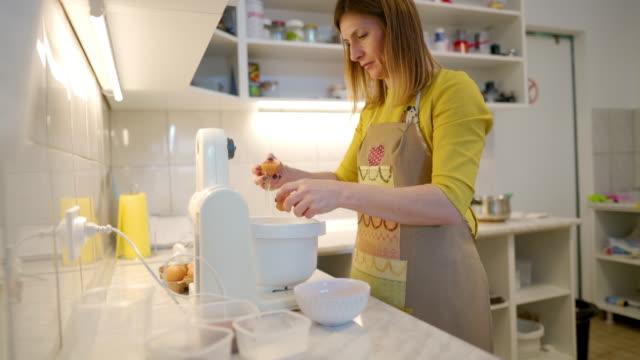 eier sind wichtige zutat für einen kuchen - kochrezept stock-videos und b-roll-filmmaterial
