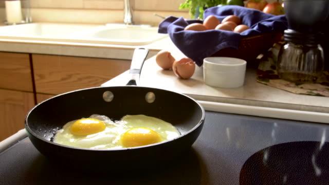 Eier in einer Pfanne Braten 4 K