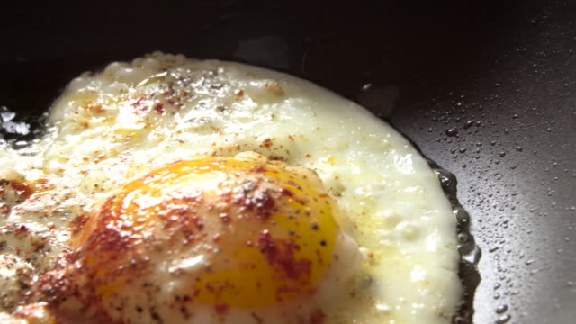 eggs frying in a pan 4k - breakfast stock videos & royalty-free footage