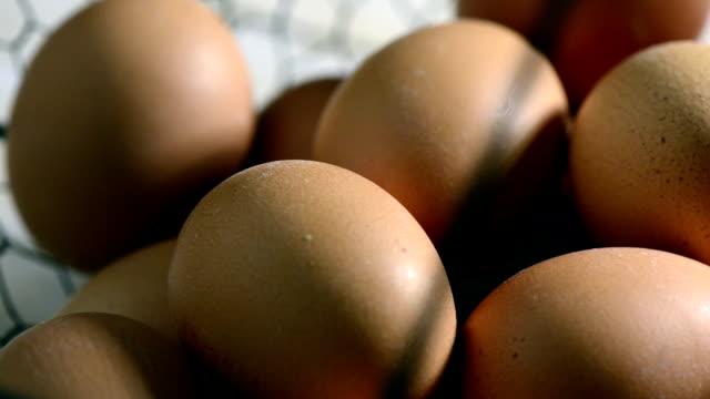 Eier in traditioneller Korb auf schwarzem Hintergrund