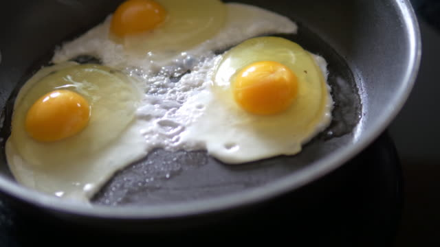eggs in frying pan close up - three objects stock videos & royalty-free footage