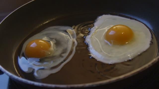 vídeos y material grabado en eventos de stock de huevos en el bombo cámara lenta - yema de huevo